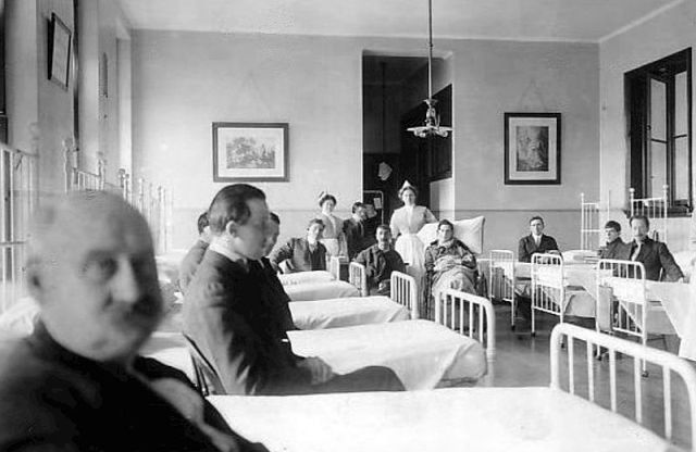 Titanic_survivors_at_St._Vincent's_Hospital_New_York_1912